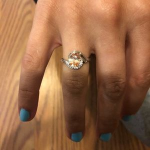 Jewelry - Round ring with diamond accents